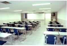 Salas de aula confortáveis e bem equipadas.