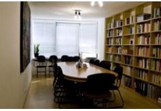 Nossa biblioteca especializada em ciências humanas e sociais, filosofia e literatura, tudo em francês. Acesso livre para alunos.