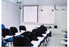 Salas de aulas equipadas e confortáveis.