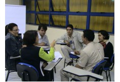 Sala de aula - Alunos, em grupos, discutem cases empresariais.