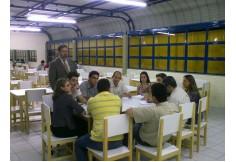 Amplos espaços para reuniões de grupos de alunos.